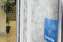 La Policía Nacional busca a los dos hombres que robaron 40.000 € de un banco tras intimidar a la cajera