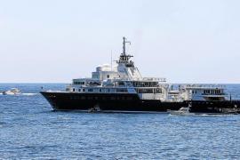 El megayate Le Grand Bleu, de 113 metros de eslora, navega por aguas pitiusas