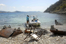 Las barcas de limpieza del litoral retiran casi cuatro toneladas de basura en un solo un mes
