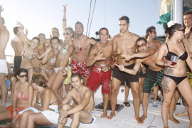 El Parlament aprueba una ley ambiental para prohibir los 'party boats' en espacios protegidos