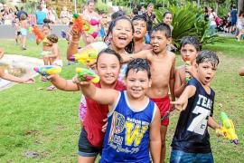 Globos y agua para los más pequeños del barrio de Es Clot