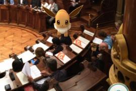 Aparece un 'pokémon' en la sala de plenos de Barcelona durante su sesión
