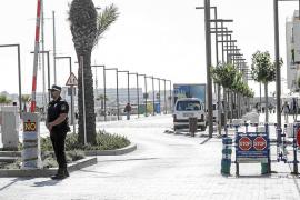 Vila recuerda a los taxistas que pueden entrar a la fachada marítima en horario de carga y descarga
