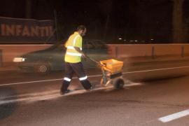 Un autobús causa un vertido de aceite  de Cala de Bou a Sant Antoni