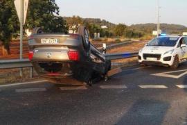 Aparatoso accidente en la rotonda del Hipódromo de Sant Rafel