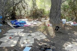 Desmantelado un asentamiento ilegal en una zona boscosa de Cala Gració