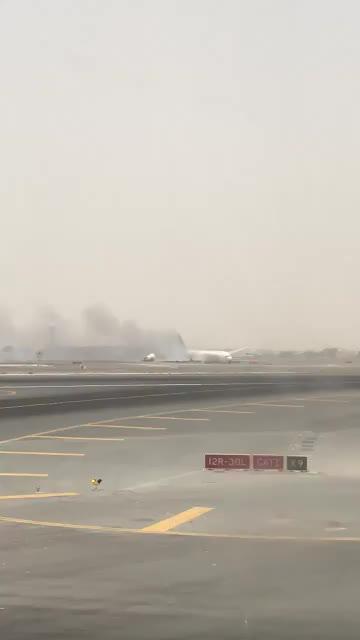 Muere un bombero en el incendio del avión de Emirates en Dubai