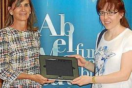 La Fundación Abel Matutes entrega un dispositivo informático para facilitar la comunicación de un niño