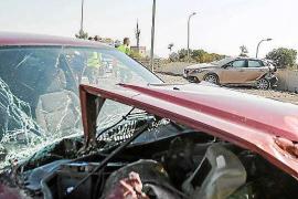 Dos heridos en un choque entre dos turismos en Can Frígoles