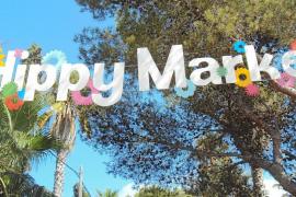 Centenares de turistas no quieren perderse el espíritu hippy de Punta Arabí