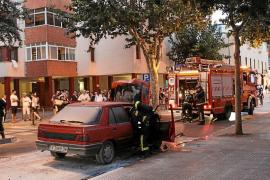 Un coche arde en el centro de Vila y causa un gran revuelo entre viandantes y conductores