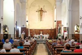 El barrio de la Marina rinde homenaje a San Salvador con una misa solemne