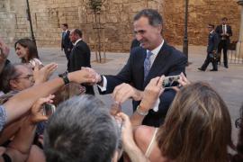 Los Reyes reciben en la Almudaina a los representantes de la sociedad balear