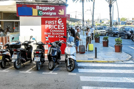 El padre del alcalde Rafa Ruiz retira de la acera las motos de su negocio de alquiler