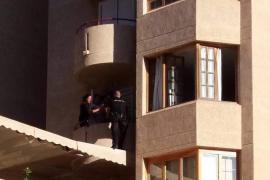 Rescatan a una mujer a punto de suicidarse desde un tercer piso