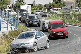 El núcleo urbano de Sant Josep vive constantes atascos de vehículos