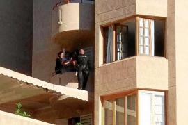 Dos policías frustran el suicidio de una mujer en un edificio de Eivissa