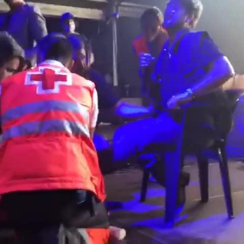 Antonio Orozco se rompe el tobillo durante un concierto y sigue actuando