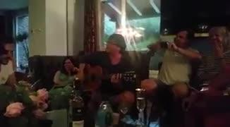 Puigdemont canta y toca la guitarra en Cadaqués acompañado por Laporta