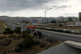 La primera tormenta del verano provoca grandes atascos en los accesos a la ciudad de Eivissa