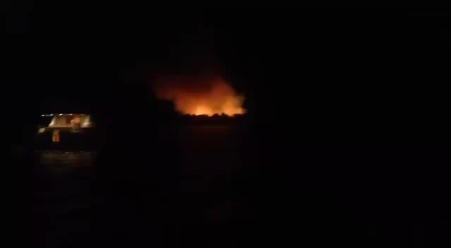 El incendio en S'Espalmador podría quedar extinguido a media tarde de hoy