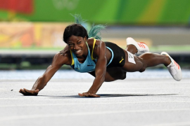 Shaunae Miller se tira en plancha sobre la meta para ganar el oro en 400