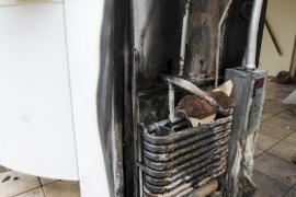Los Bomberos extinguen el incendio ocasionado por la explosión de una botella de gas