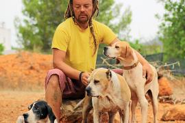 Ibiza4Patas tacha de «indigno» que Vila se lleve tres perros a Sa Coma