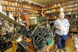 Serafín Grivé, más de treinta años coleccionando molinillos de café