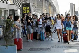 Solicitan policías de paisano en el aeropuerto para detectar 'in fraganti' a los piratas del taxi