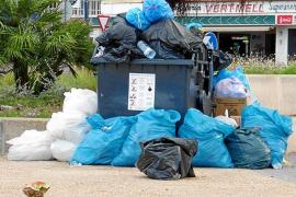 La basura de los botellones se acumula en Sant Antoni