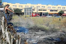 Sobresalto por un incendio declarado junto a unas viviendas de Platja d'en Bossa