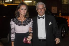 Vargas Llosa sufre el ataque de un grupo de medusas