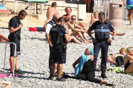 Una mujer es obligada a quitarse el «burkini» en una playa de Niza
