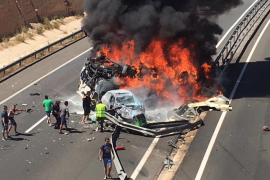 Cuatro personas fallecen en un accidente entre un camión frigorífico y dos coches en Elche