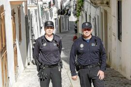 Cuatro policías de Vila salvan la vida a una mujer hallada en su casa sin pulso