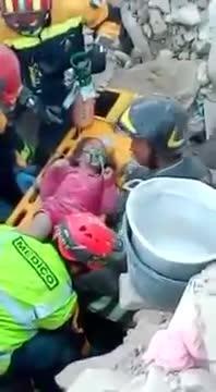 «¡Está viva!», el emotivo momento del rescate de una niña atrapada durante 17 horas