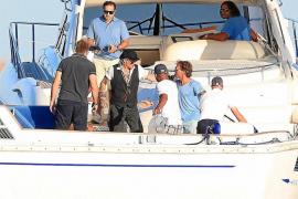 Johnny Depp navega junto al príncipe Abdul Aziz