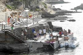 Decenas de personas se concentran contra la «ocupación ilegal» de la costa