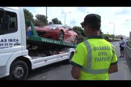 Un Ferrari colisiona en el enlace de la carretera que une Santa Eulària con Jesús