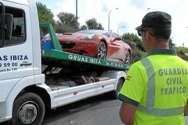 Un Ferrari se estrella en Eivissa