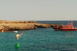 Cierran la playa de Cala en Bosc por la fuga del cable submarino