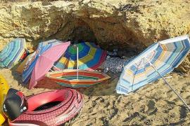 Desmantelan dos campamentos ilegales en Cala Nova y Cala Olivera