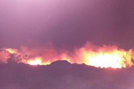 Un incendio forestal obliga a desalojar Coves Noves y Addaia, en Menorca