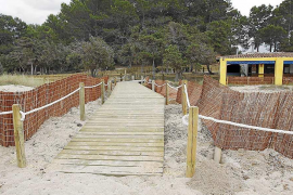 Pastor se compromete a reparar las protecciones de las dunas