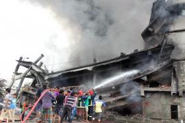 Mueren 22 personas y 60 resultan heridas en el incendio de una fábrica textil en Bangladesh
