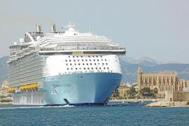 Un muerto y cuatro heridos al caer un bote del mayor crucero del mundo