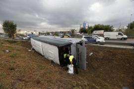 Al menos 24 heridos al volcar un autobús en Barcelona debido a la lluvia