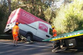Un vehículo cae por un desnivel de 8 metros en la carretera de San Miguel