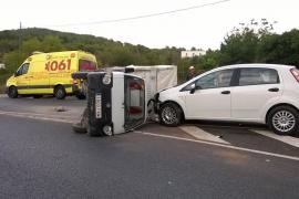 Aparatoso accidente sin heridos en la carretera de Sant Carles